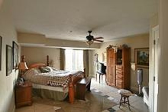 Yosemite Sierra View Bed & Breakfast: Dog Patch - Queen bed,pet friendly and view of the Sierras