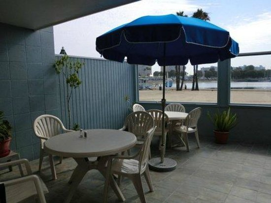 Foghorn Harbor Inn Hotel: Eat outside & enjoy the view