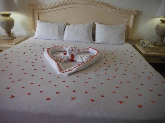 Friendly Vallarta All Inclusive Family Resort:                   Cama decorada con flores naturales