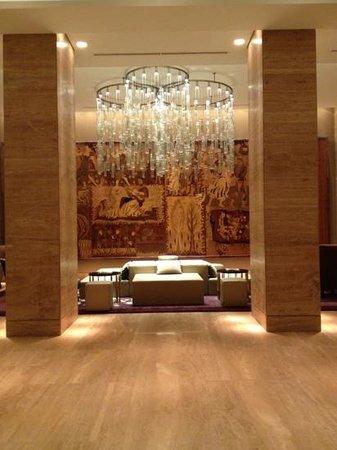 Metropol Palace, A Luxury Collection Hotel :                   Вход в отель