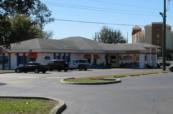 Howard Johnson Inn - Ocala FL:                   Main lobby building where breakfast and check in is located