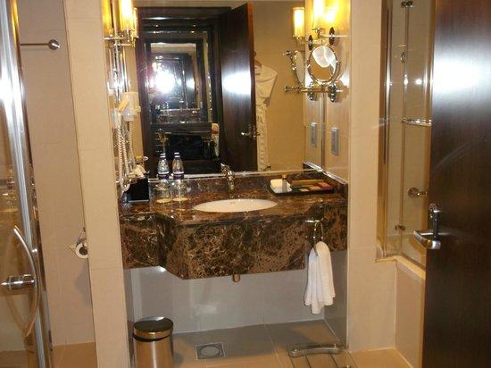 Park Regis Kris Kin Hotel:                   vanity unit - bathroom