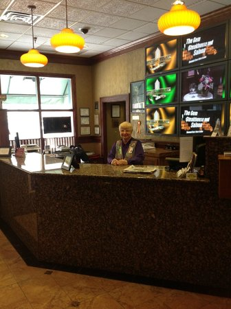 Mineral Palace Hotel and Gaming: Hotel Front Desk