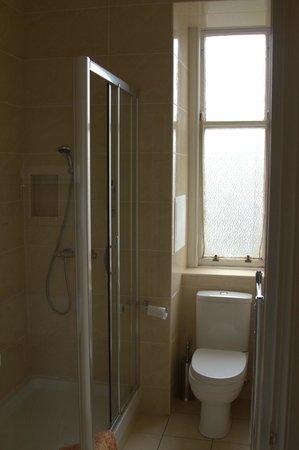 هي ماركت هوتل:                                     Bathroom                                  