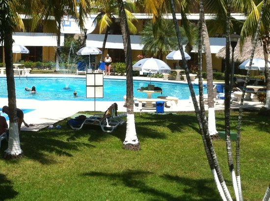 Beach Break Resort:                   pool with swimup bar