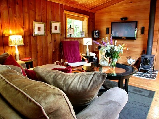 The Tuwanek Hotel : Wildberry Cottage Living Room