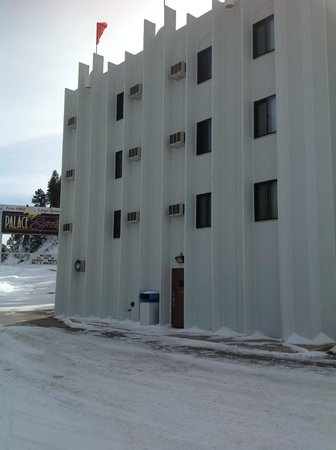 Blackstone Lodge and Suites: Side View by the Snowmobile Trail