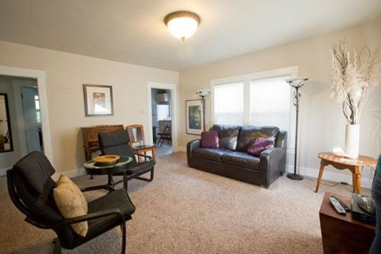 Short Stay Lodgings - Franklin Street Inn: Living Room wiht leather sleeper sofa