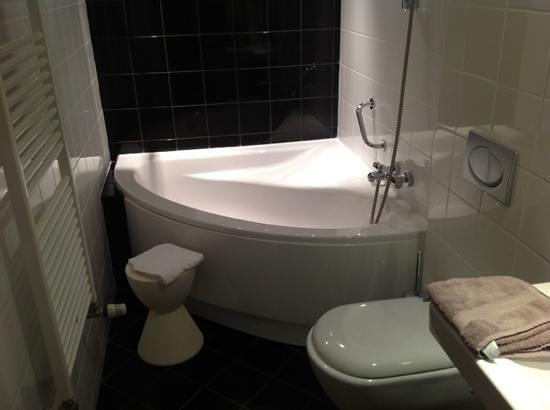 Grand Hotel Plombières Les Bains :                   bathroom