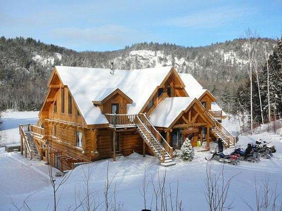 Auberge Couleurs de France: chalet sous la neige