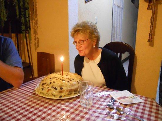 Casa de Familia Mama Lu:                   Celebrando cumpleaños