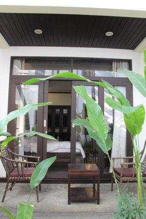 โรงแรมโพธิ ศิรีนทร์:                                     from garden into room