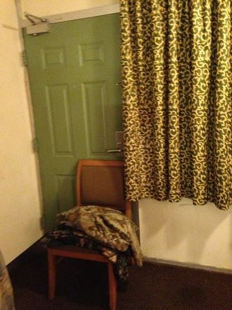Motel 6 Nashville:                   broken door lock