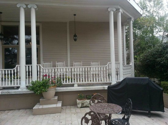 Avenue Inn Bed and Breakfast:                                     Front porch and patio