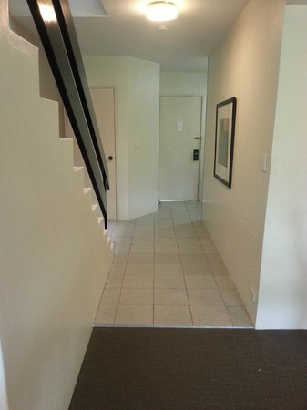 Medina Serviced Apartments North Ryde:                                     View of room entrance from dining area