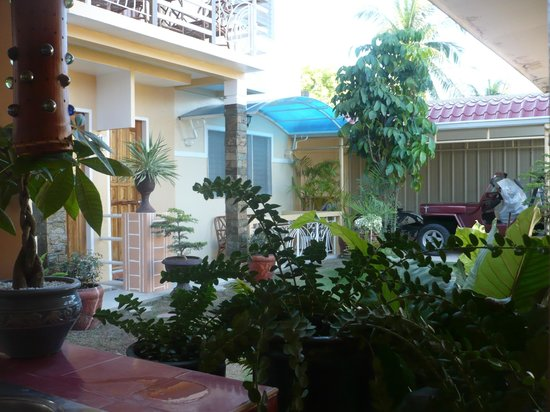 Malonzo Pension House: Garden and Hotel