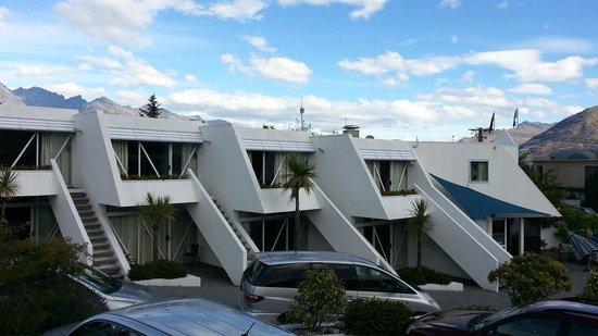 Amity Lodge Motel:                   hotel building