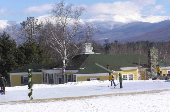 Mountain View Grand Resort & Spa :                   ice rink with Mt. Washington in background