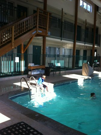 Days Inn Dover:                   Indoor pool and hot tub area