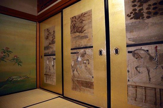 Jimyoin:                   Sliding doors separating foyer area from main room