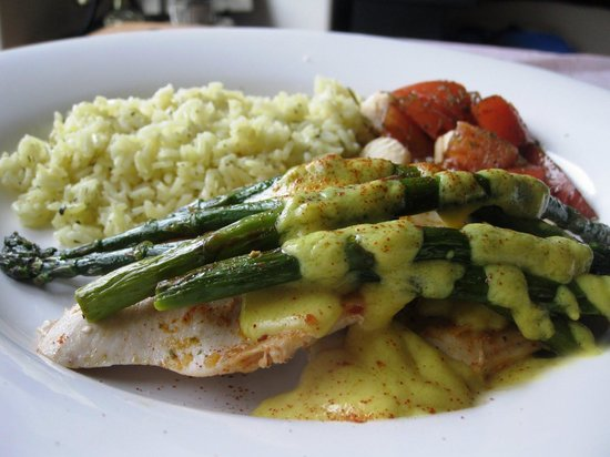 Perigee Restaurant: Sole Oscar...light batter, Jumbo Lump Crabmeat, Asparagus and Hollandaise...Top Notch