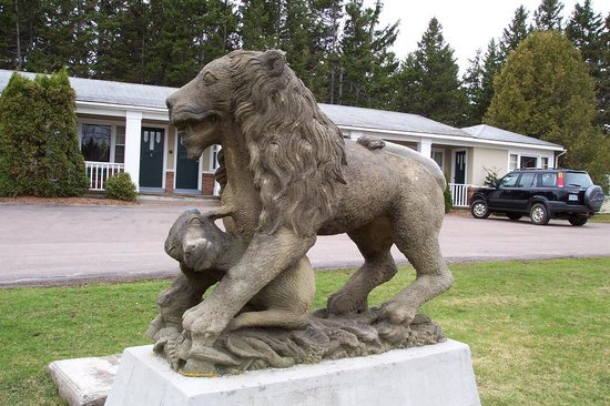 The Lionstone Inn: 100+ year old carved lion on front lawn