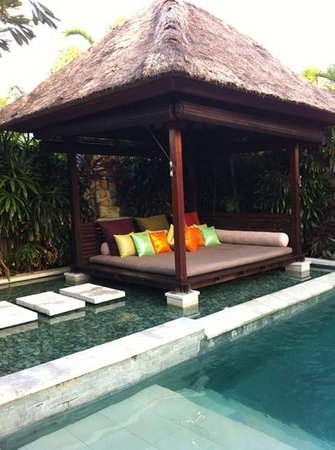 Chandra Luxury Villas Bali:                   發呆亭~最喜歡顏色鮮艷的各式抱枕