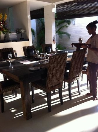 Chandra Luxury Villas Bali:                   準備早餐中