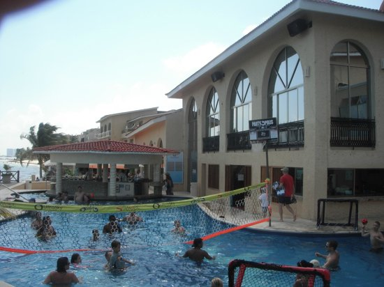 All Ritmo Cancún  Resort & Waterpark:                                     Pool/Bar area
