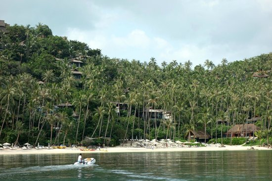 Four Seasons Resort Koh Samui Thailand:                   Aussicht auf die Anlage vom Wasser.