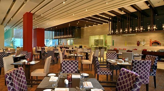 Hilton Garden Inn Gurgaon Baani Square India: Glass House, the all-day dining restaurant, serves both a la carte and buffet menus.