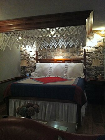 Historic Smithton Inn:                   Crimson Dove Suite High Bed (use small stepstools provided!)