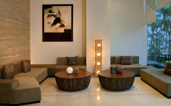 Hilton Garden Inn Gurgaon Baani Square India: The lobby features a range of handpicked artifacts.