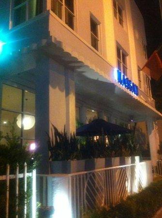 Nassau Suite Hotel:                   el frente del hotel de noche