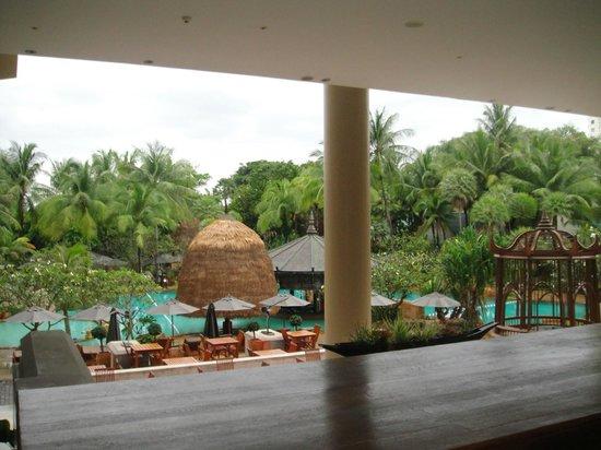 Movenpick Resort & Spa Karon Beach Phuket:                   Foyer down to main pool