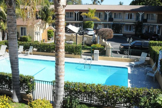 Oasis Inn & Suites: Pool and 2 story building rooms