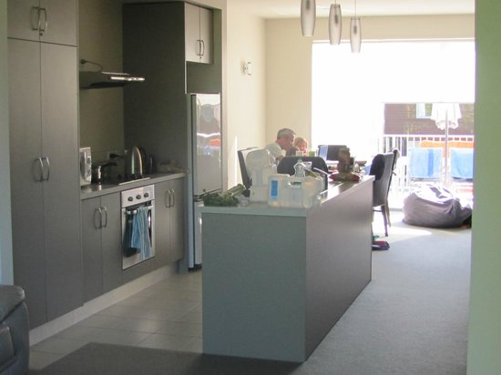 Oceans Resort Whitianga :                   Kitchen and dining room