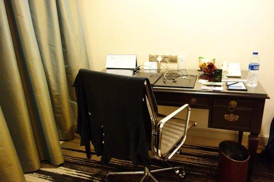 Gran Melia Jakarta:                   Work Desk
