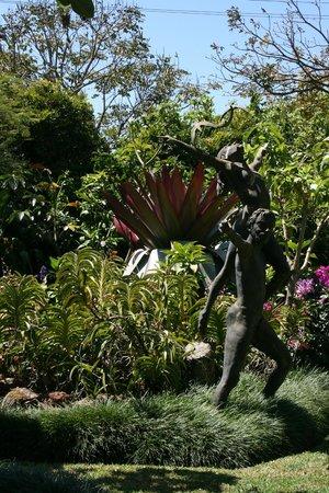 هوتل بوجين فيلي:                   Sclupture in the garden                 