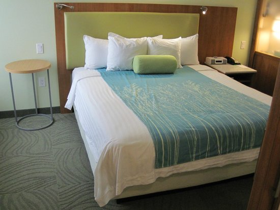 SpringHill Suites Houston The Woodlands:                   Pretty AND comfy bed!