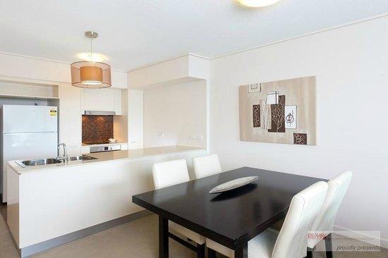 Evolution Apartments: 2 Bedroom Apartment Dining U0026 Kitchen Area