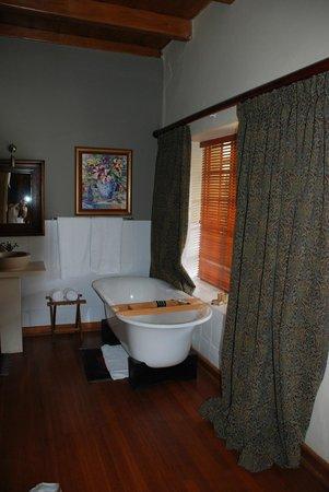 De Zeekoe Guest Farm:                   Badewanne im Zimmer