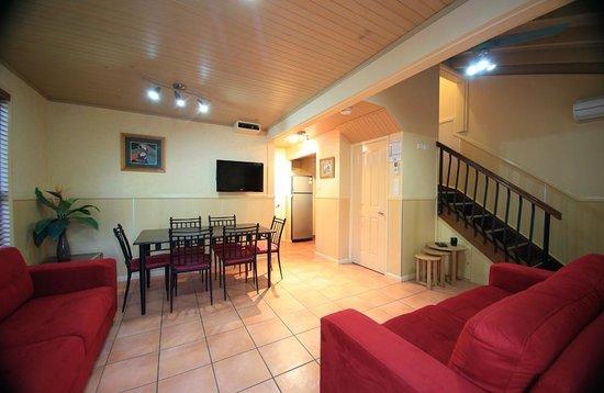 แอชมอร์ ปาล์มส์ ฮอลิเดย์ วิลเลจ: Macaw Mansion downstairs living area