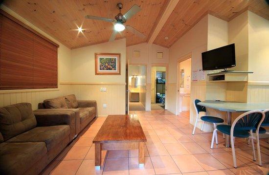 แอชมอร์ ปาล์มส์ ฮอลิเดย์ วิลเลจ: Lorikeet Lodge living area