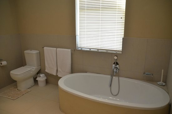 Guinevere Guest Farm: Bath and Toilet