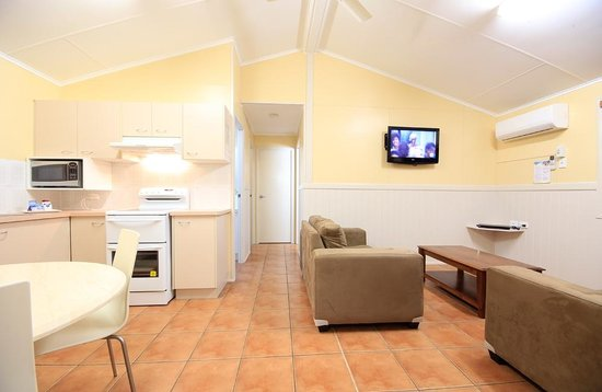 Ashmore Palms Holiday Village: Classic Family Villa living & kitchen area