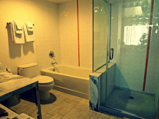 Flamingo Las Vegas Hotel & Casino:                                     Bathroom with separate tub and shower