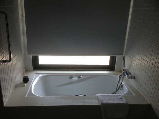 G Hotel Gurney:                                     Bath tub and is time to dip...