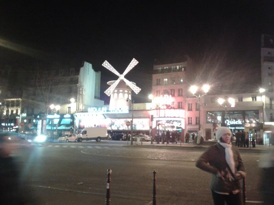 Moulin Plaza Hotel :                   View of the Moulin Rouge at the end of the road