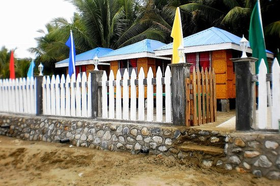 Paradise Beach Resort: Mini - Cottages with overlooking view of the beach
